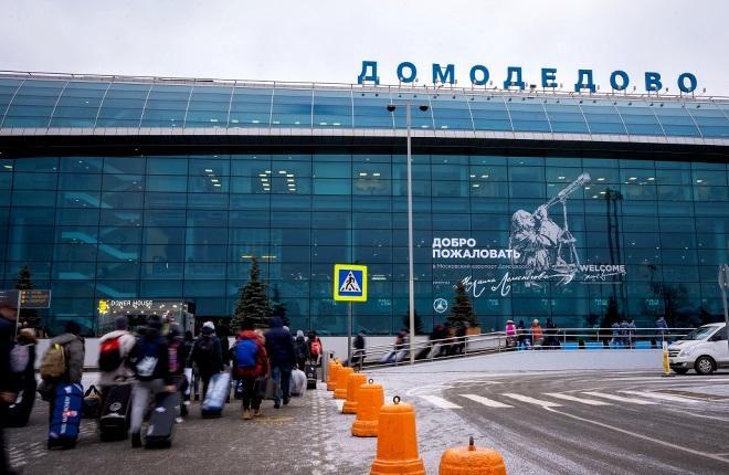 Пассажиры идут ко входу в аэропорт Домодедово
