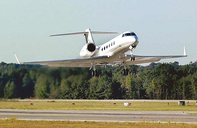 G450 — один из немногих самолетов большой для бизнес-джетов вместимости, рассчитанный на перевозку до восьми человек на расстояние 7960 км с крейсерской скоростью 0,8M