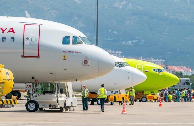 самолеты российских авиакомпаний в аэропорту Геленджик