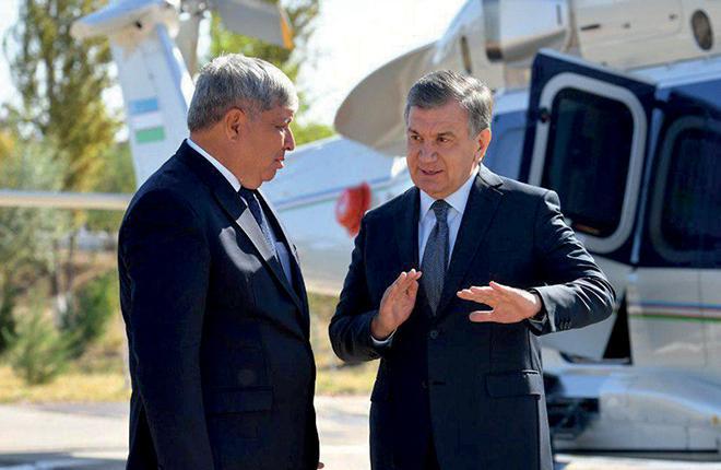 Президент Узбекистана Шавкат Мирзиёев (справа) на фоне вертолета H175 :: Пресс-служба президента Республики Узбекистан
