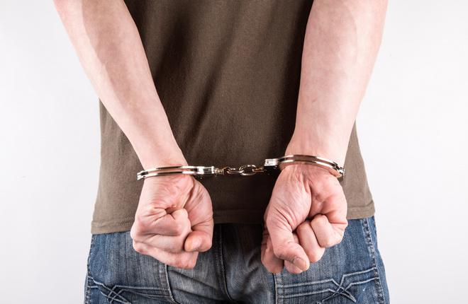 Человек в наручниках