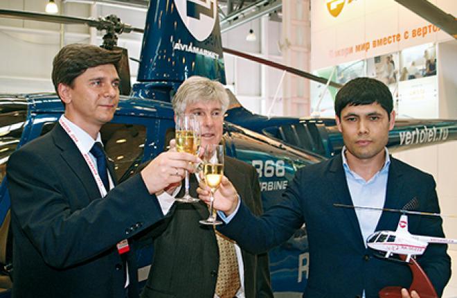 Курт Робинсон (в центре) лично вручил ключи российскому владельцу 500-го серийного вертолета R66 (справа)