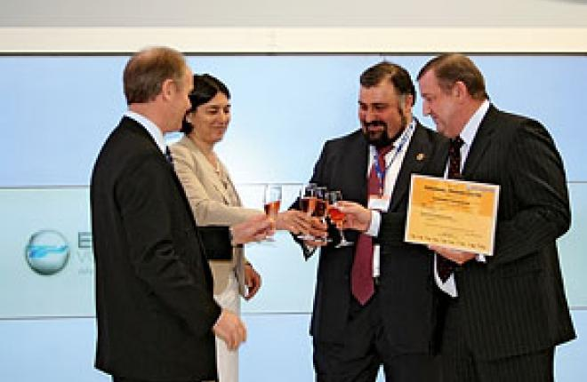 Директор ЦПП «ЮТэйр» Владимир Демкин (крайний справа) с сертификатом Eurocopter