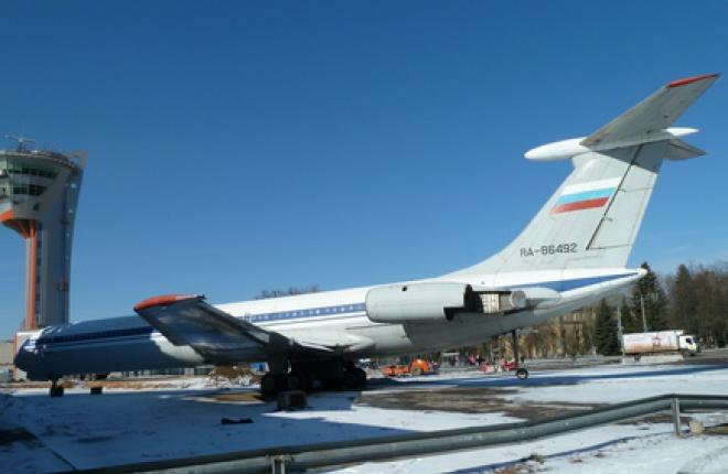 В Шереметьево начали установку самолета-памятника Ил-62