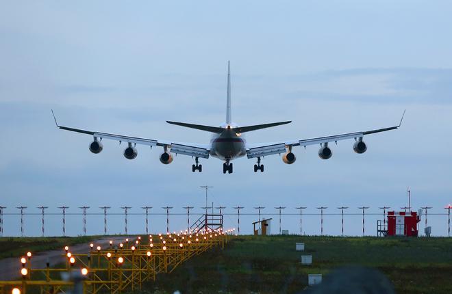 1 апреля Экспертный центр авиации выдвинул свой проект очень глубокой модернизации самолета Ил-96 путем замены четырех моторов ПС-90А с тягой 16 т на шесть двигателей нового поколения ПД-14 с тягой 14 т. В результате такой замены суммарная тяговооруженность самолета вырастет с 64 т до 84 т. Это позволит в полной мере возродить проект самолета Ил-96М/Т, для которого, как известно, требовались американские двигатели PW2337 с тягой 17 т (суммарно 68 т).  Модификация Ил-96-400 оснащается модернизированными сило