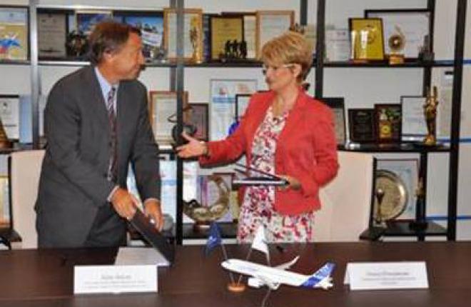 "Гендиректор ""Трансаэро"" Ольга Плешакова и вице-президент Airbus Кристофер Бакли."