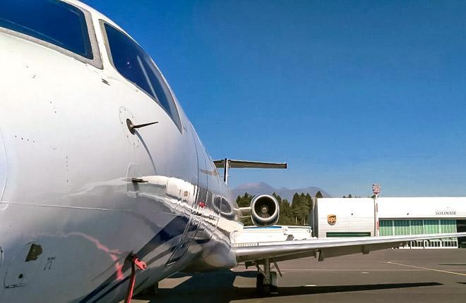 Самолет перед ангаром Solinair в аэропорту Любляны