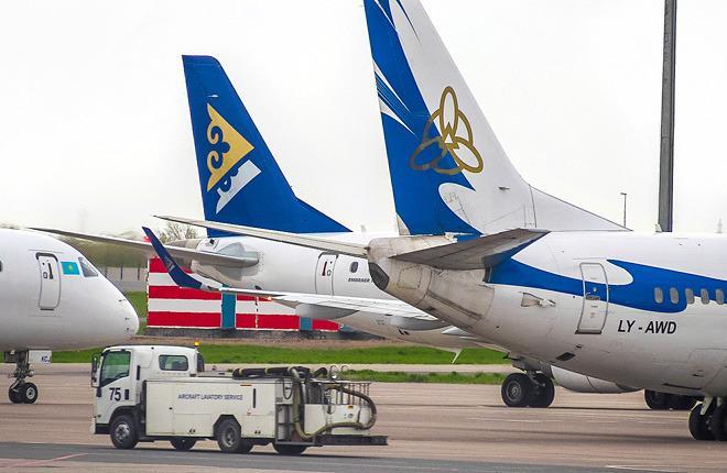 Самолеты казахстанских авиакомпаний Air Astana и SCAT