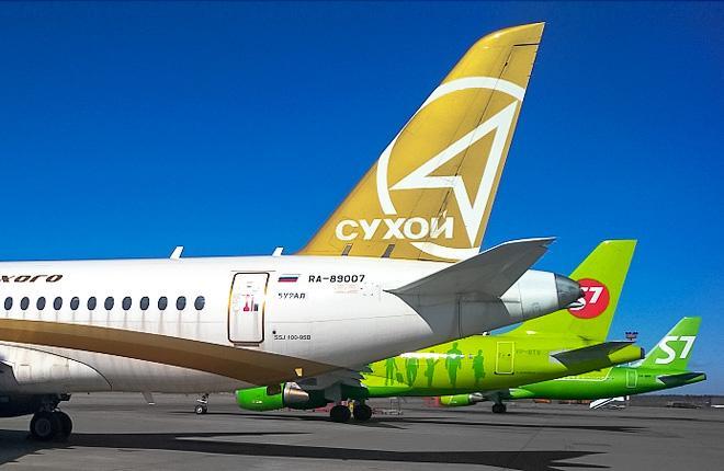 Самолет SSJ 100 на фоне самолетов авиакомпании S7 Airlines