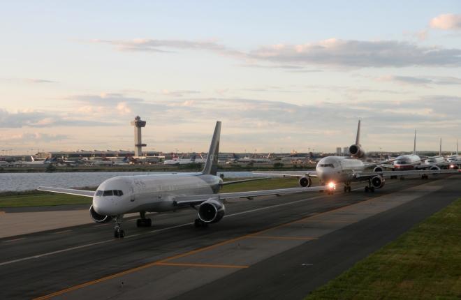 Самолеты в аэропорту Нью-Йорка JFK