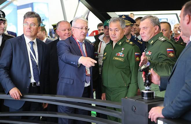 Новинки КРЭТ министру обороны показал гендиректор концерна Николай Колесов (второй слева) (Марина Лысцева)