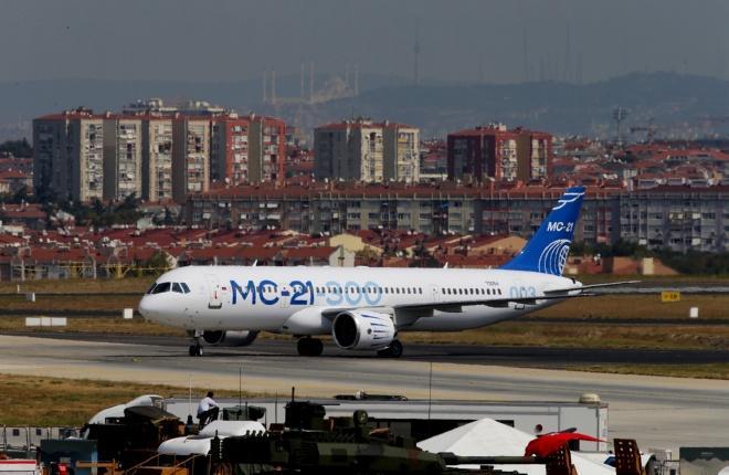 Прототип самолета МС-21-300 в стамбульском аэропорту имени Ататюрка