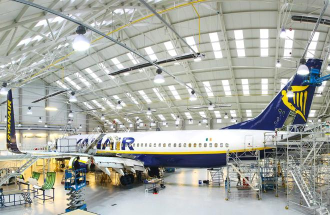Самолет Ryanair проходит ТО
