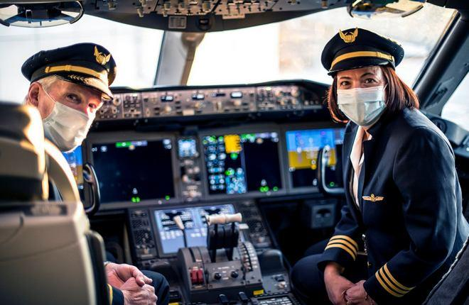 пилоты в масках авиакомпании United airlines