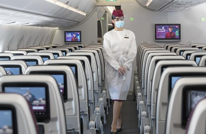 защитный костюм стюардессы авиакомпании Qatar airways