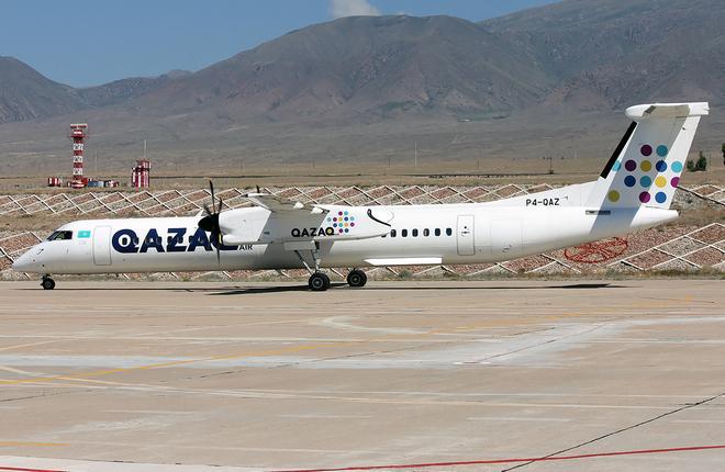 Самолет авиакомпании Qazaq Air в киргизском аэропорту Тамчи