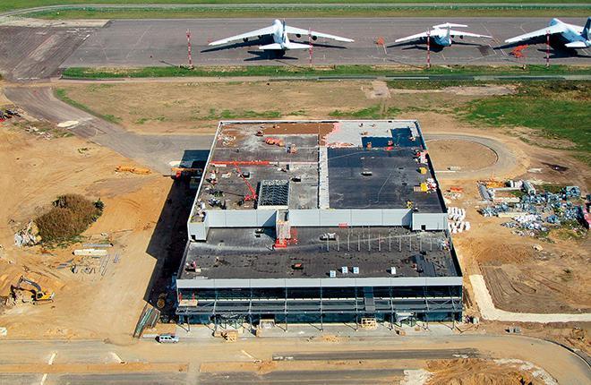 вид на строящийся терминал в аэропорту раменское. сентябрь 2015 года