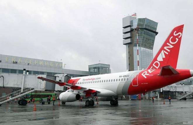 самолет SSJ100 авиакомпании Red Wings в аэропорту Кольцово