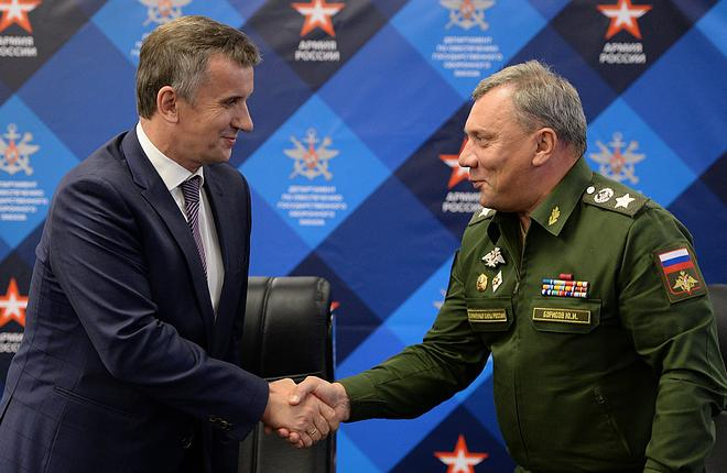 All the contracts were signed by Deputy Defense Minister Yuriy Borisov (right)  (Алексей Филиппов / РИА «Новости»)