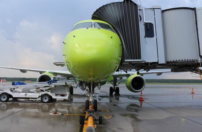 самолет S7 в аэропорту Стригино