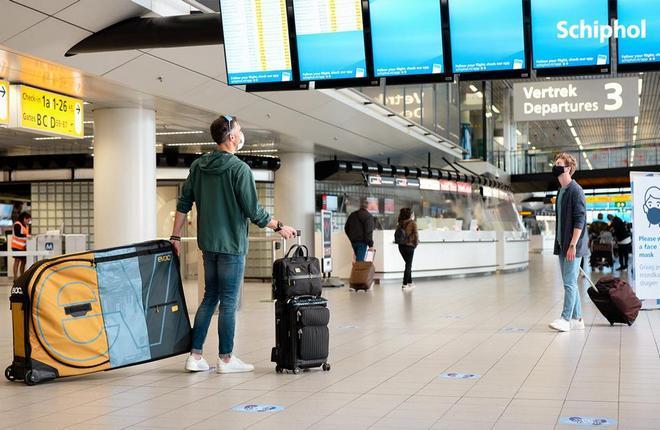 путешественники в аэропорту Амстердама