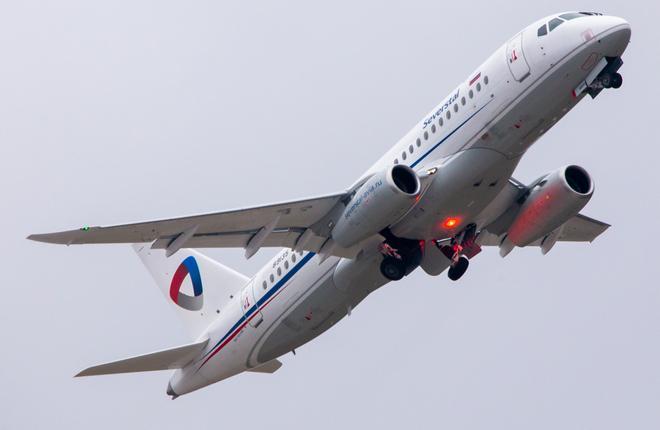 """Самолет Superjet 100 авиакомпании """"Северсталь"""" с горизонтальными законцовками крыла"""