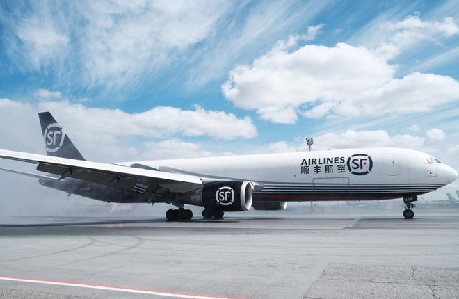 самолет Boeing 767-300  китайской грузовой авиакомпании SF Airlines в аэропорту Толмачево