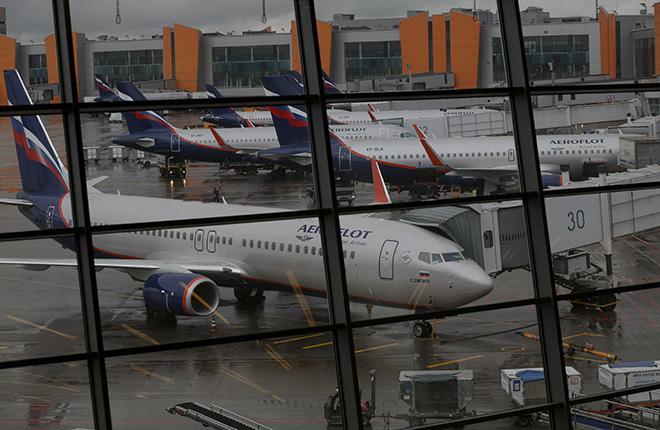 Отражение самолетов в окнах терминала аэропорта Шереметьево