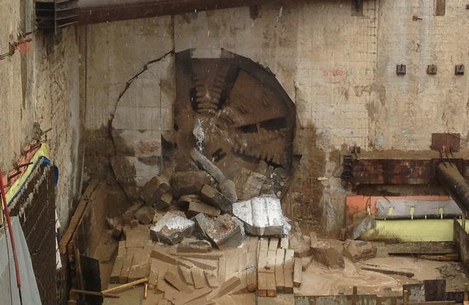 Проходческий щит, прорубающий породу на выходе из межтерминального тоннеля в Шереметьево