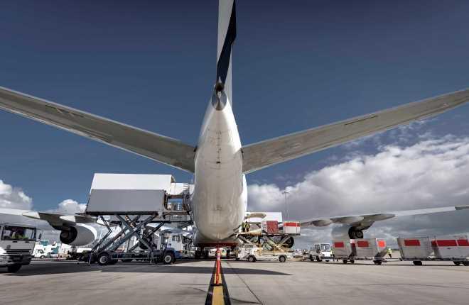 Загрузка грузов в самолет