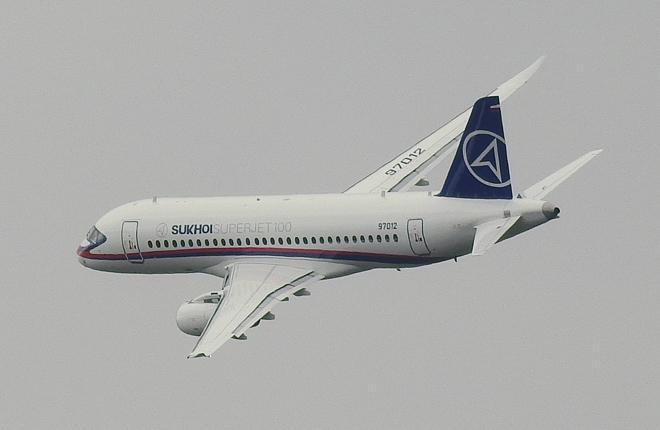 Самолет Superjet 100 в полете