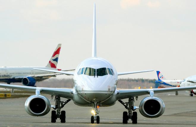 """Самолет Superjet 100 авиапредприятия """"Северсталь"""" в Домодедово"""