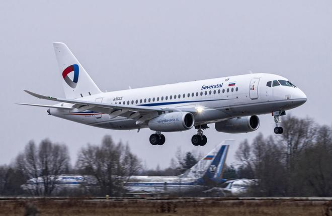 """Самолет Superjet 100 авиапредприятия """"Северсталь"""" с горизонтальными законцовками крыла"""