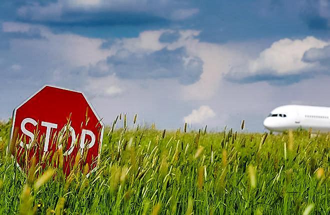 Сигнал STOP и самолет в зеленой травке