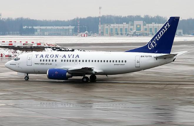 Самолет авиакомпании Taron-Avia в Москве