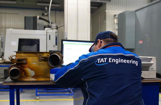 Специалист TAT Engineering за работой