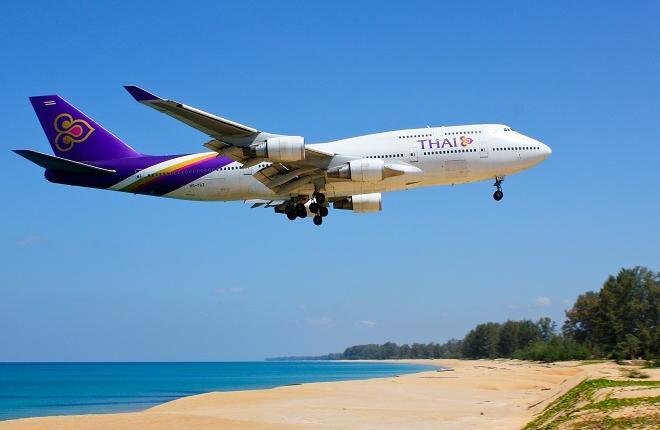 Самолет B747-400 перевозчика Thai Airwais заходит на посадку в Пхукете