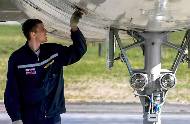 Технический специалист исследует самолет