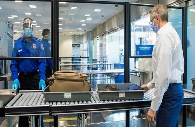 пассажиры в американском аэропорту TSA