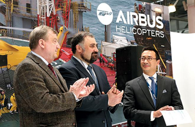Новый сертификат для учебного центра получил глава авиакомпании «ЮТэйр» Андрей Мартиросов (в центре)