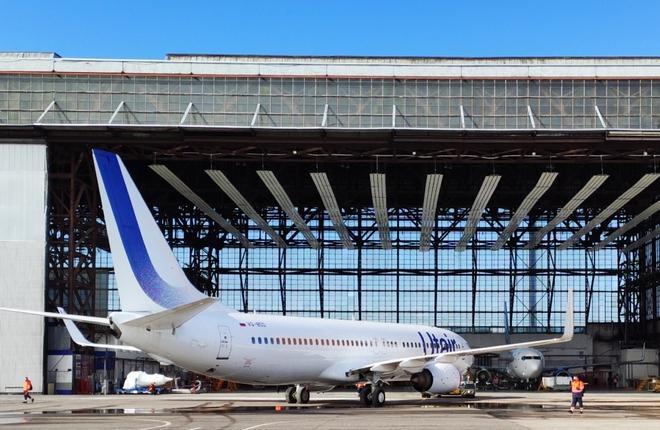"""Самолет Boeing 737-800 авиакомпания """"ЮТэйр"""" (VQ-BDD,  MSN 37598) в центре технического обслуживания UTG Vnukovo"""