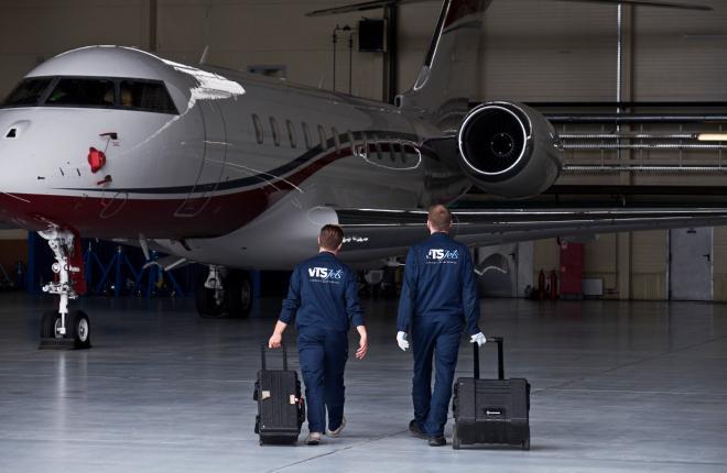 Технические специалисты VTS Jets спешат к самолету