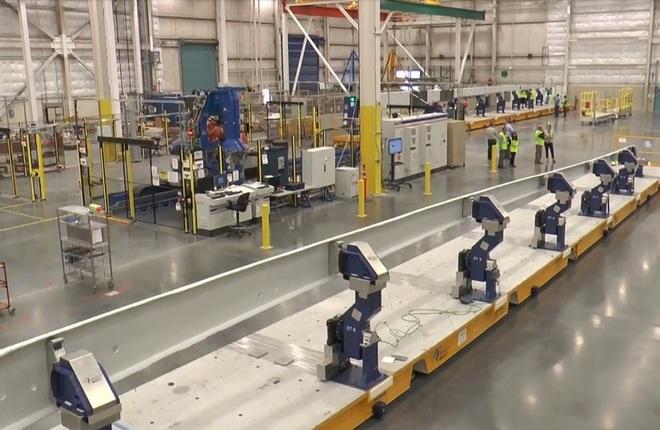 Элемент Boeing 777X, доставленный на завод Boeing в Эверетт