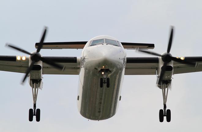 """Самолеты Q300 авиакомпании """"Якутия"""" допустили на 15 якутских аэродромов"""