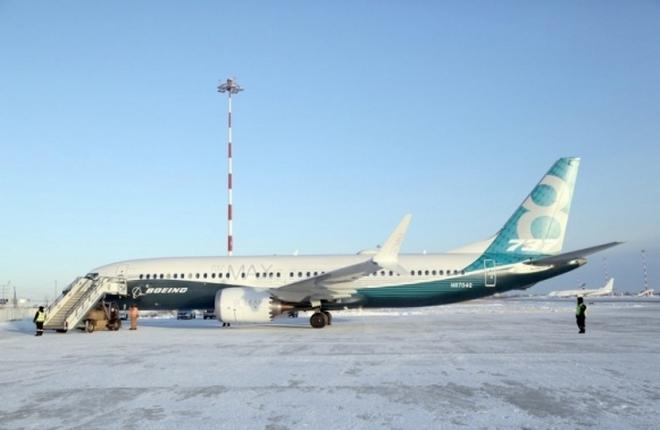 Самолет Boeing 737MAX-8 в аэропорту Якутска