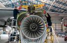 Специалисты Cardiff Aviation в процессе замены двигателя