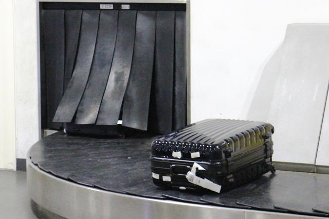 Чемодан на багажной ленте в аэропорту